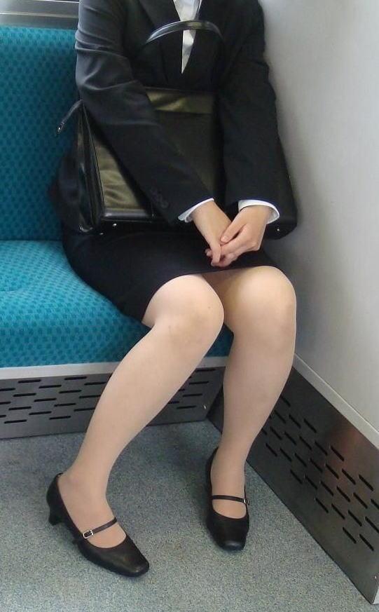 終電間際の電車内でリクスーOLの三角盗撮した画像4枚目