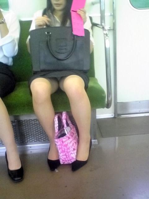 終電間際の電車内でリクスーOLの三角盗撮した画像5枚目