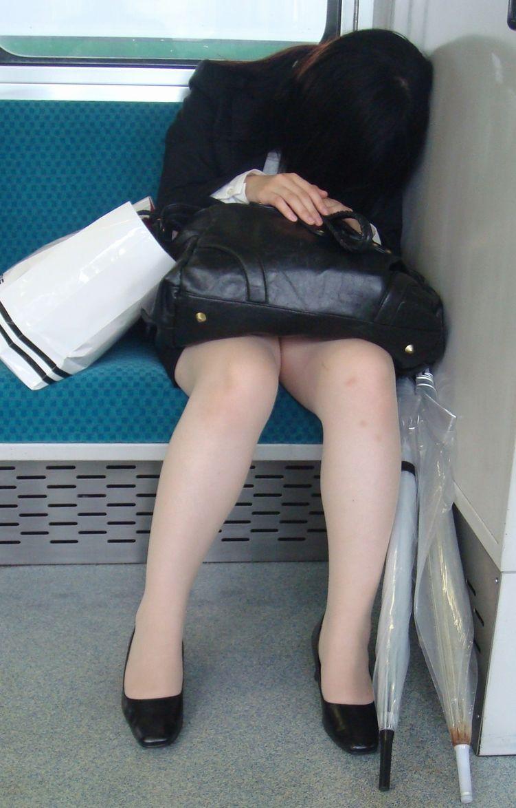 終電間際の電車内でリクスーOLの三角盗撮した画像7枚目