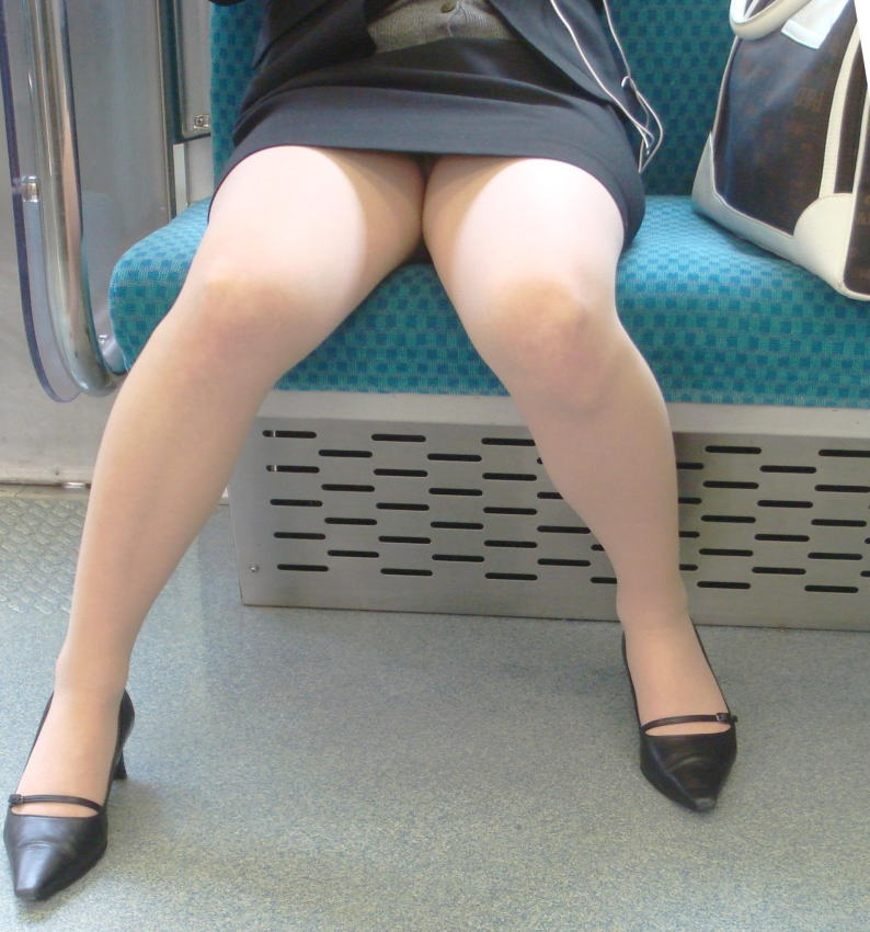 終電間際の電車内でリクスーOLの三角盗撮した画像10枚目