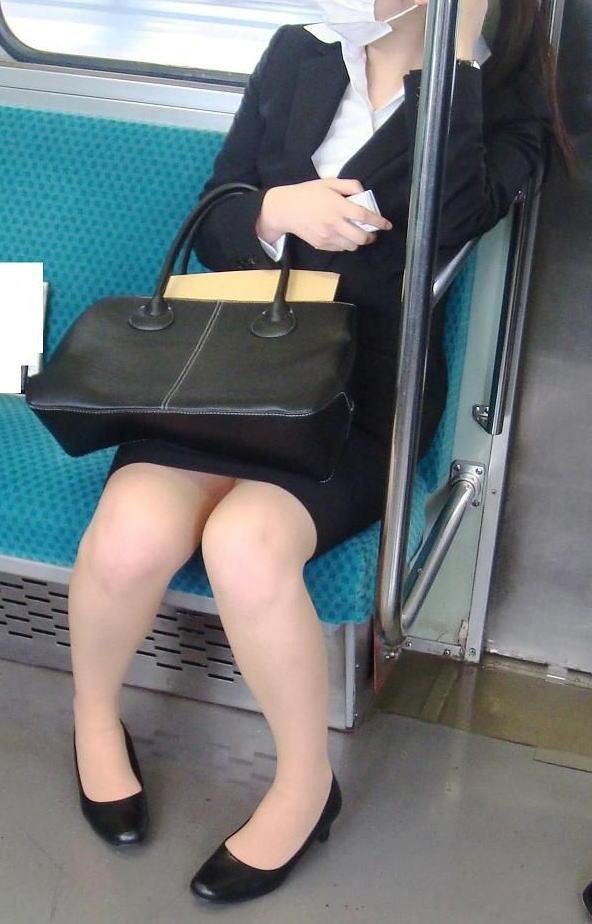 終電間際の電車内でリクスーOLの三角盗撮した画像11枚目