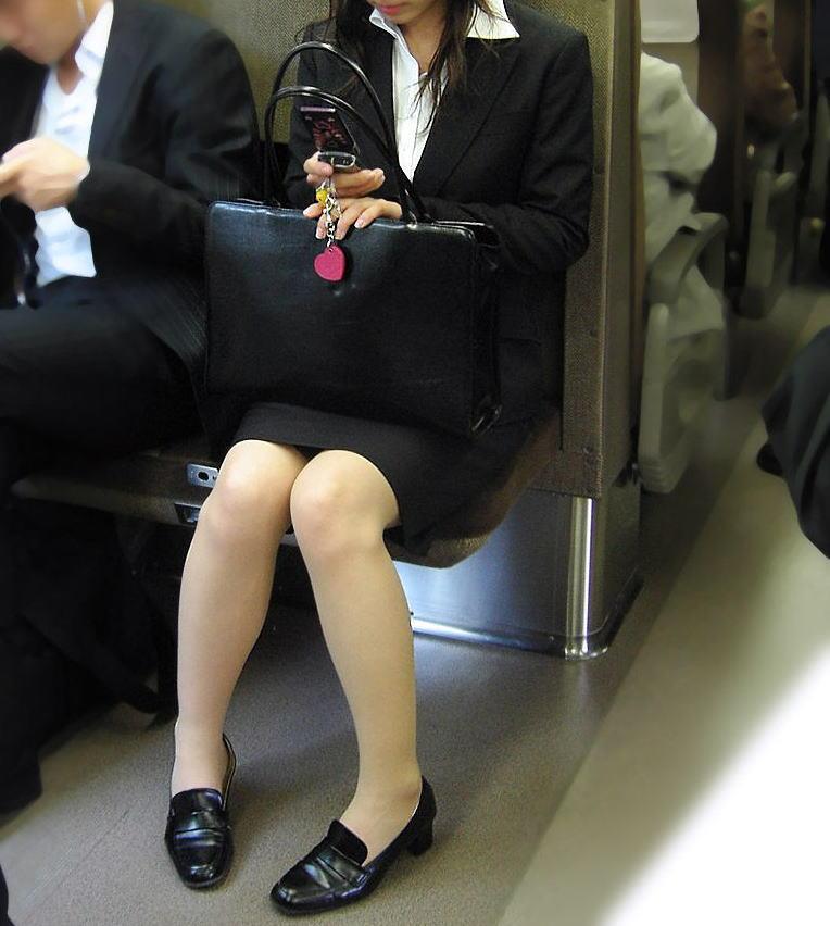 終電間際の電車内でリクスーOLの三角盗撮した画像12枚目