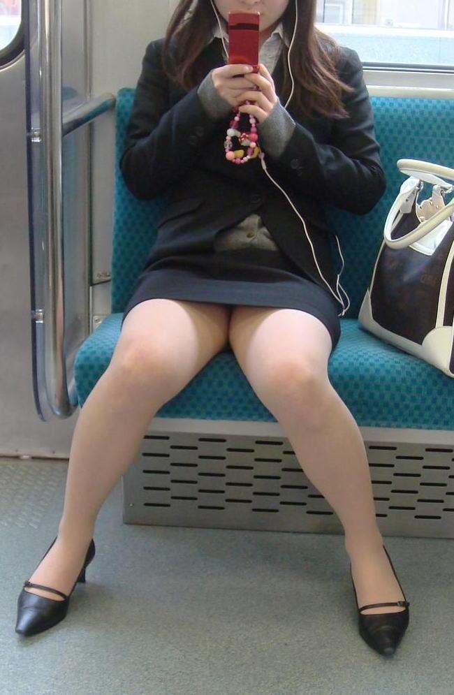 終電間際の電車内でリクスーOLの三角盗撮した画像16枚目