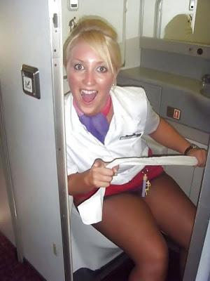 乗客にトイレで援交を誘う海外洋物CAのエロ画像1枚目