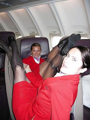 乗客にトイレで援交を誘う海外洋物CAのエロ画像2枚目