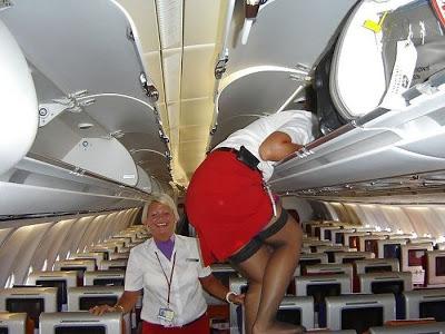 乗客にトイレで援交を誘う海外洋物CAのエロ画像5枚目