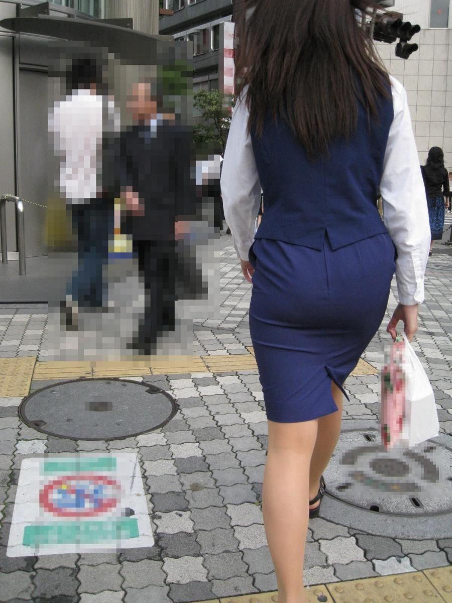 掃除に気を取られたOLのタイトスカート盗撮画像5枚目