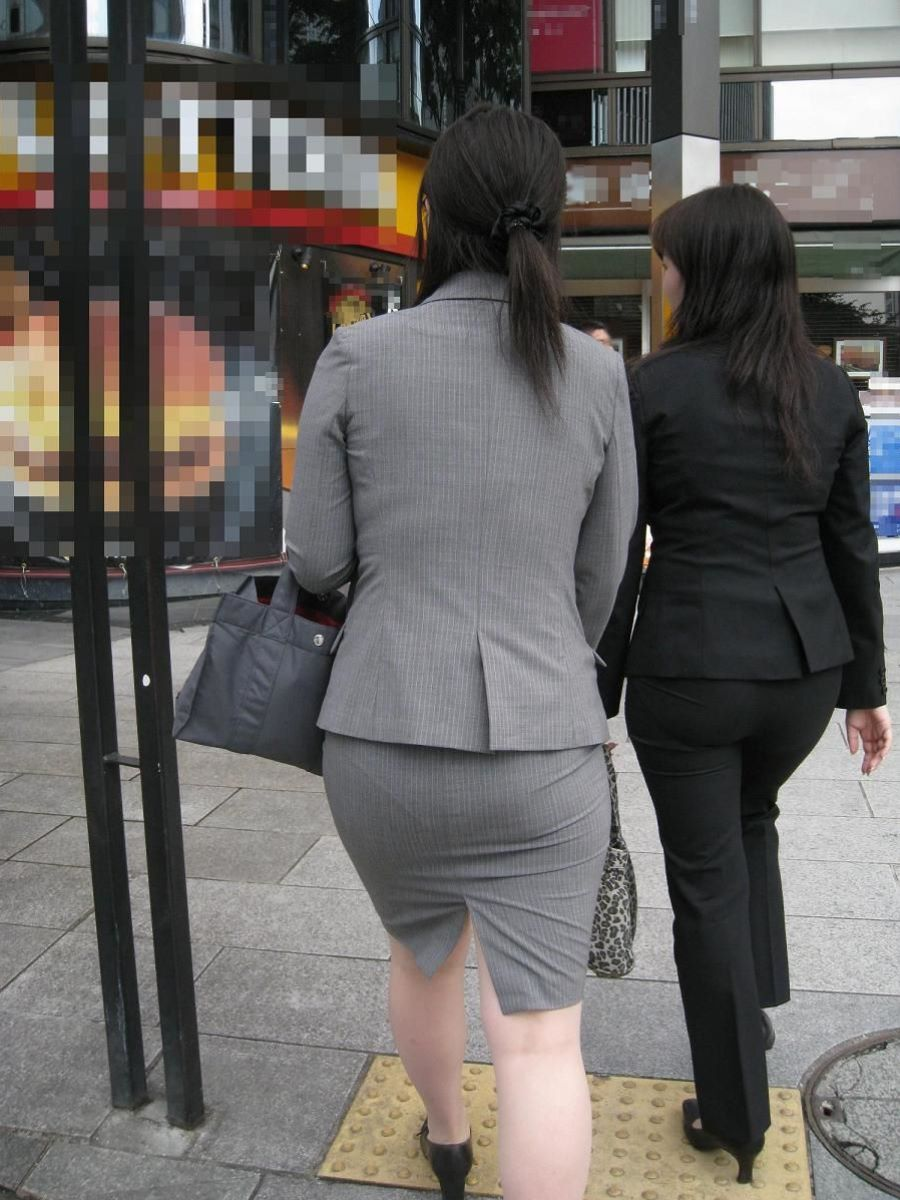 掃除に気を取られたOLのタイトスカート盗撮画像7枚目