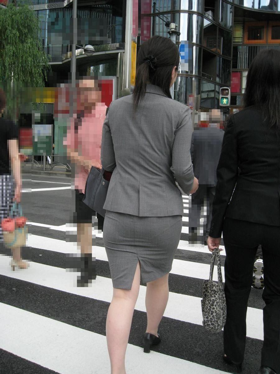 掃除に気を取られたOLのタイトスカート盗撮画像12枚目