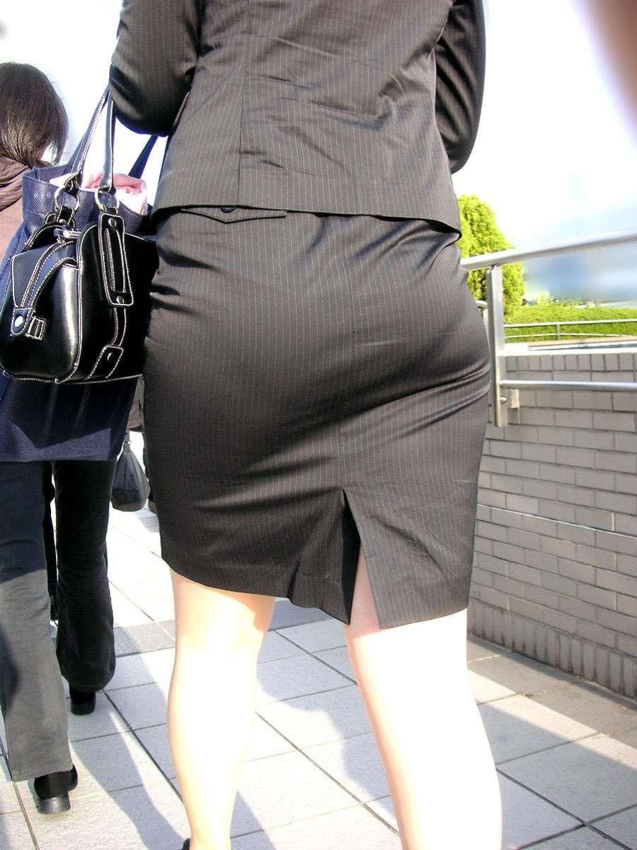掃除に気を取られたOLのタイトスカート盗撮画像14枚目