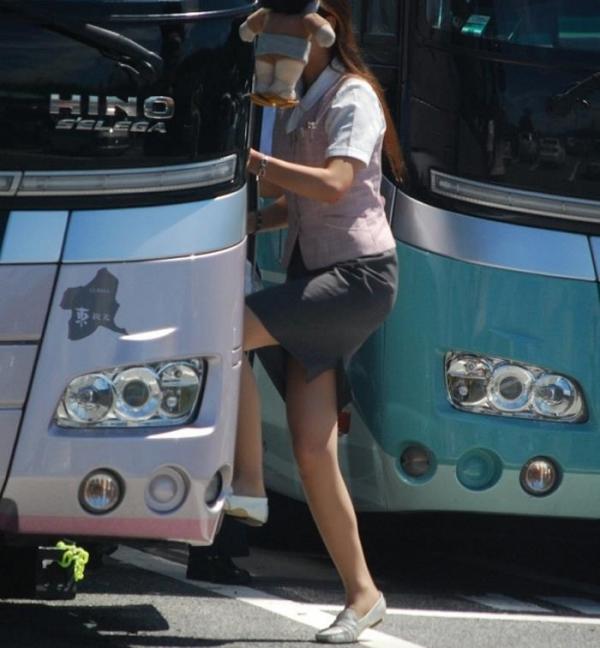 切れ込みが凄いバスガイドのスリット盗撮エロ画像1枚目