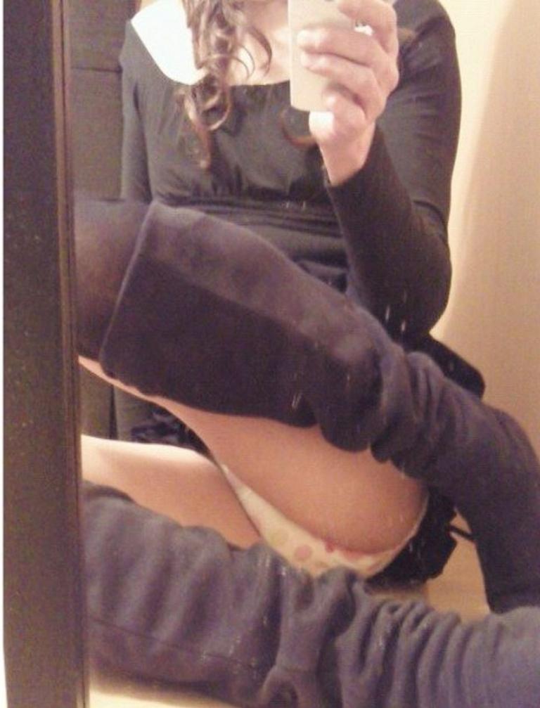 私服のロングブーツに履き替えたOLのエロ画像1枚目