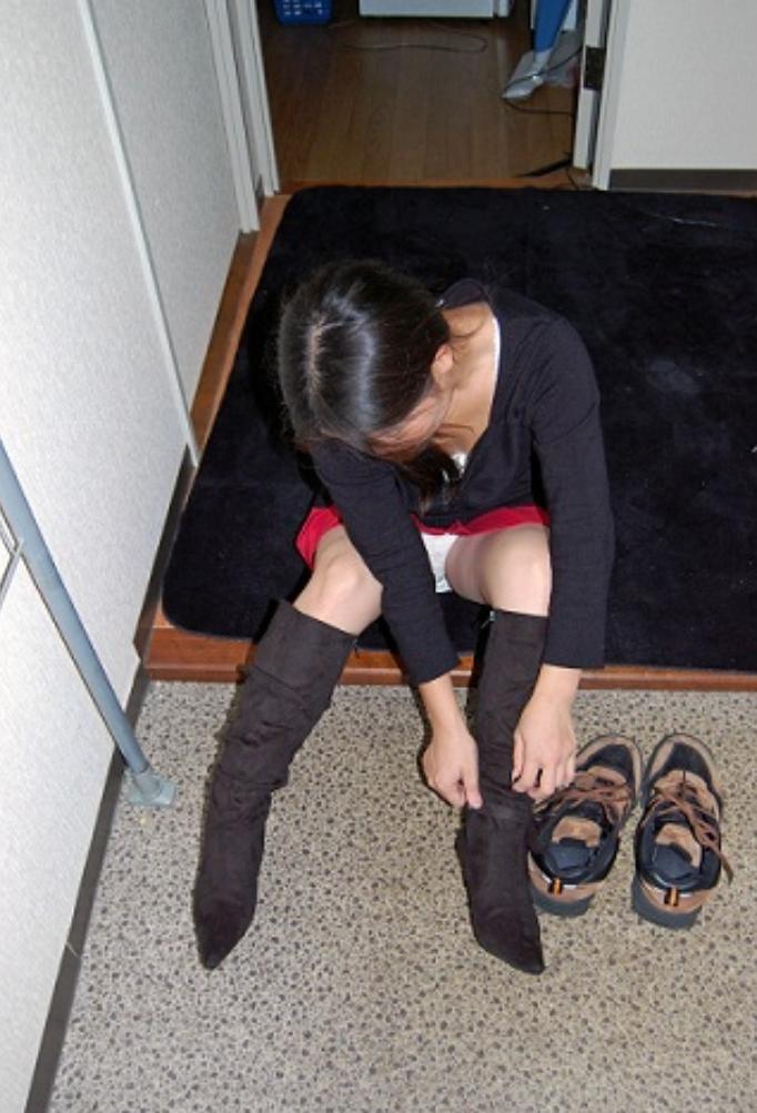 私服のロングブーツに履き替えたOLのエロ画像13枚目