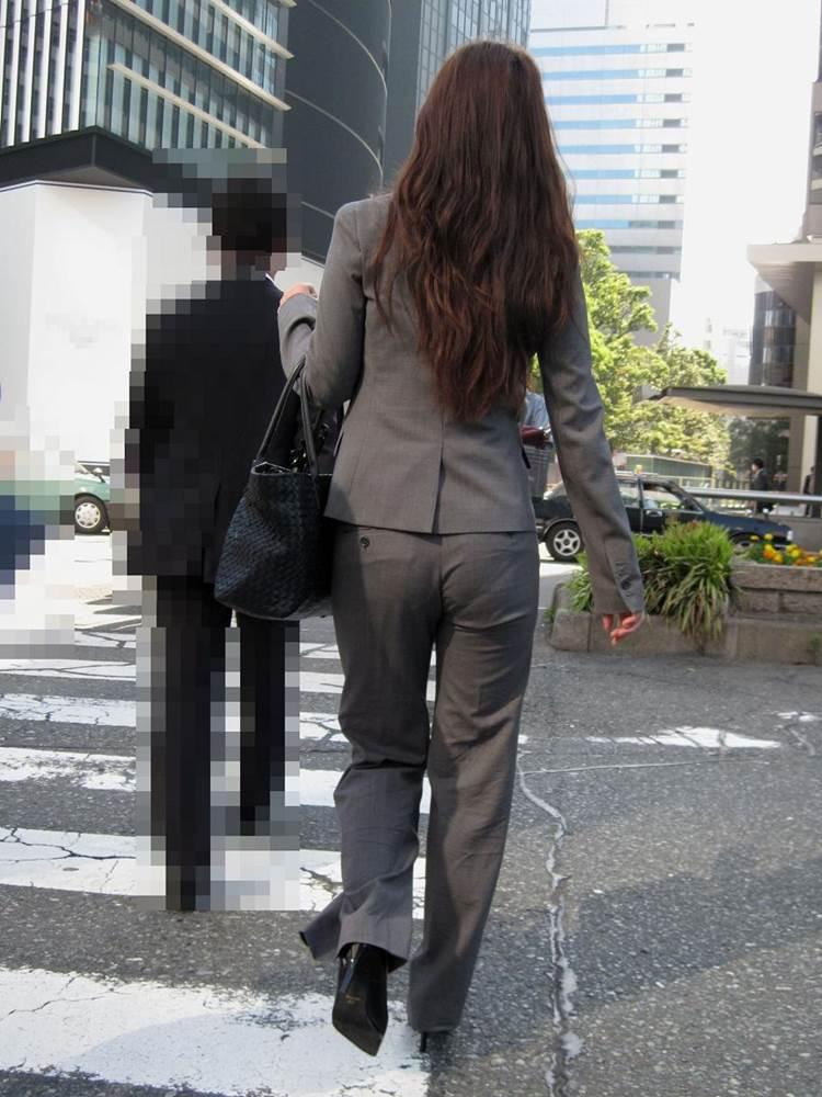 巨尻が余計に目立つOLパンティラインスーツ画像2枚目