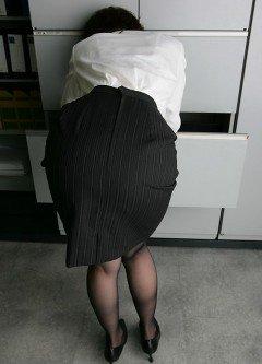 四六時中狙われているタイトスカート盗撮エロ画像10枚目