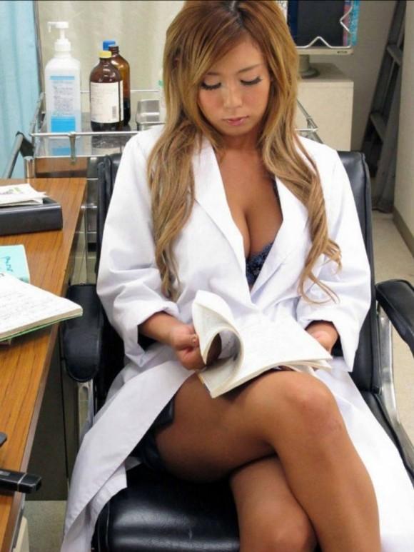 手袋手コキで患者を無理矢理搾精する白衣ナース画像16枚目