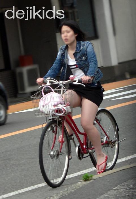 清楚でクールなOLの自転車タイトスカートエロ画像3枚目