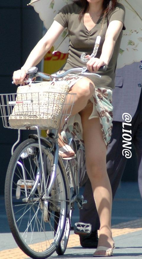 清楚でクールなOLの自転車タイトスカートエロ画像4枚目