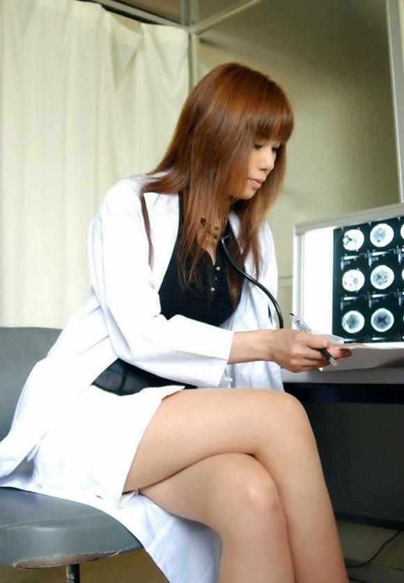 白衣の女医やナースが病院内でセックスするエロ画像2枚目