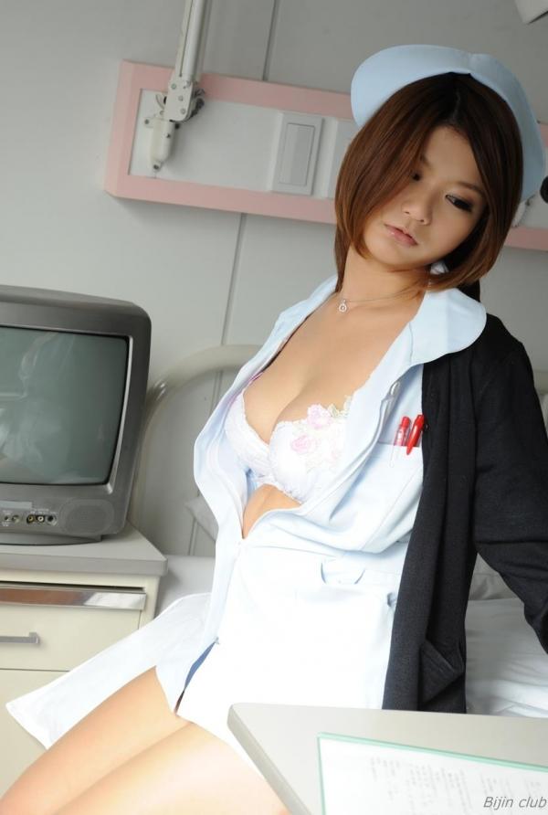 病院内で白衣ナースの胸の谷間をチラ盗撮エロ画像13枚目