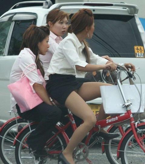 ヤンキー気味なガラの悪い自転車OLの三角盗撮画像1枚目