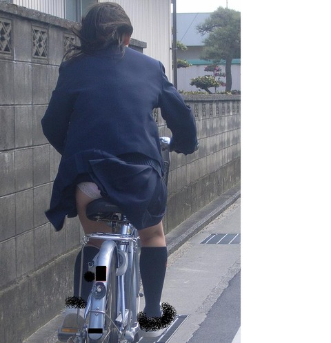 ヤンキー気味なガラの悪い自転車OLの三角盗撮画像3枚目