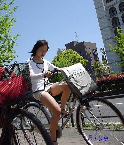 ヤンキー気味なガラの悪い自転車OLの三角盗撮画像5枚目