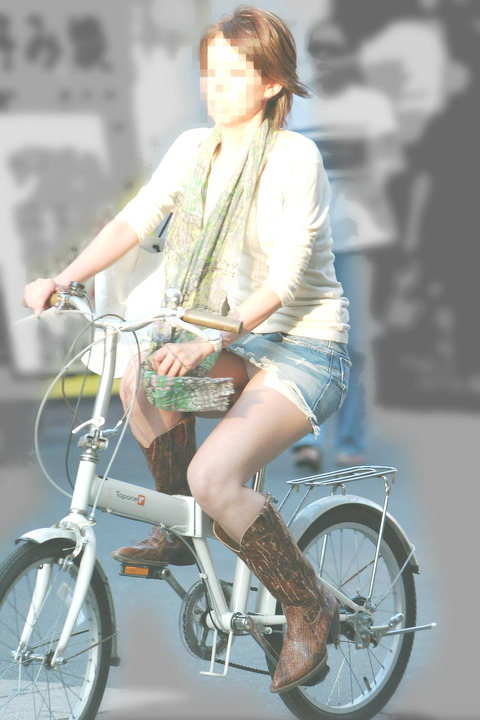 ヤンキー気味なガラの悪い自転車OLの三角盗撮画像8枚目