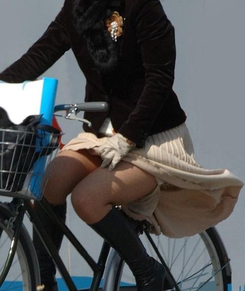 ヤンキー気味なガラの悪い自転車OLの三角盗撮画像10枚目