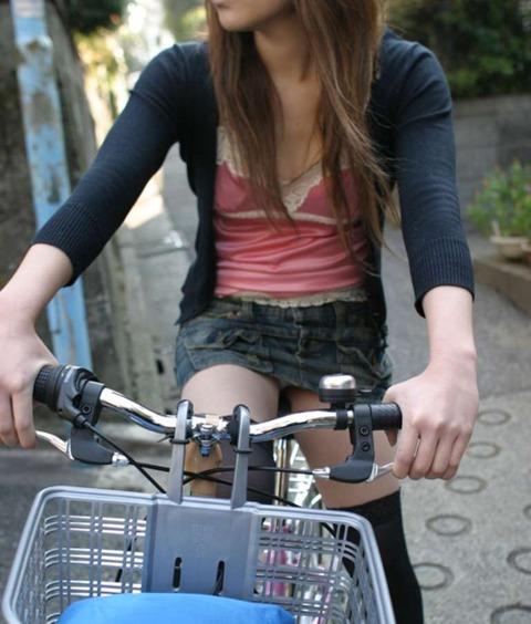 ヤンキー気味なガラの悪い自転車OLの三角盗撮画像15枚目