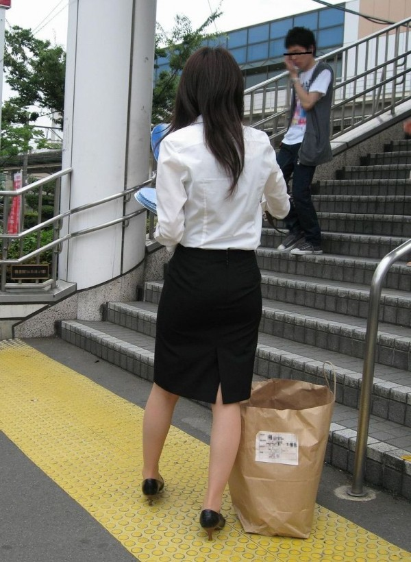 地下鉄のホームで電車を待つOLの盗撮エロ画像7枚目