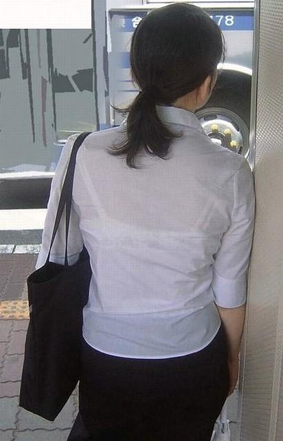 デパートで働くOLの透けブラウス盗撮エロ画像9枚目