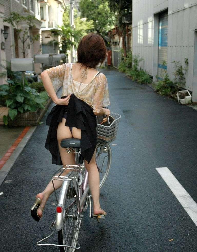 わざと露出自転車をしてくれる淫乱OLのエロ画像1枚目