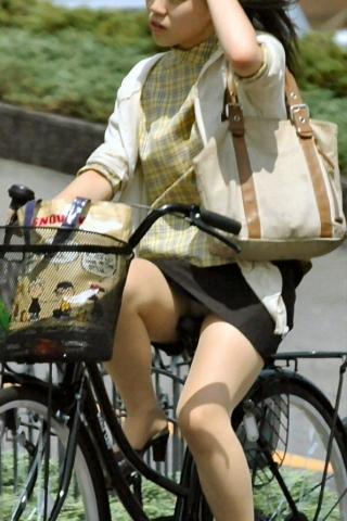 わざと露出自転車をしてくれる淫乱OLのエロ画像10枚目