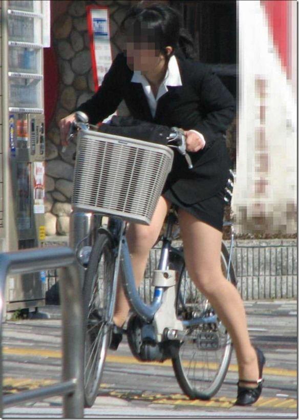 わざと露出自転車をしてくれる淫乱OLのエロ画像14枚目