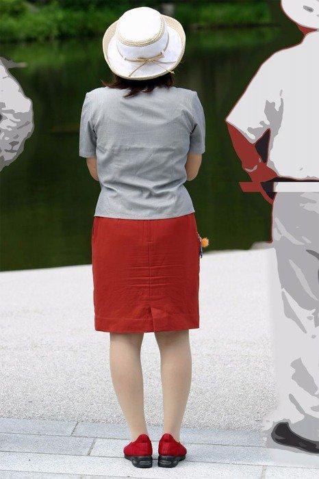 パンティラインと美脚が映えるバスガイドのエロ画像3枚目