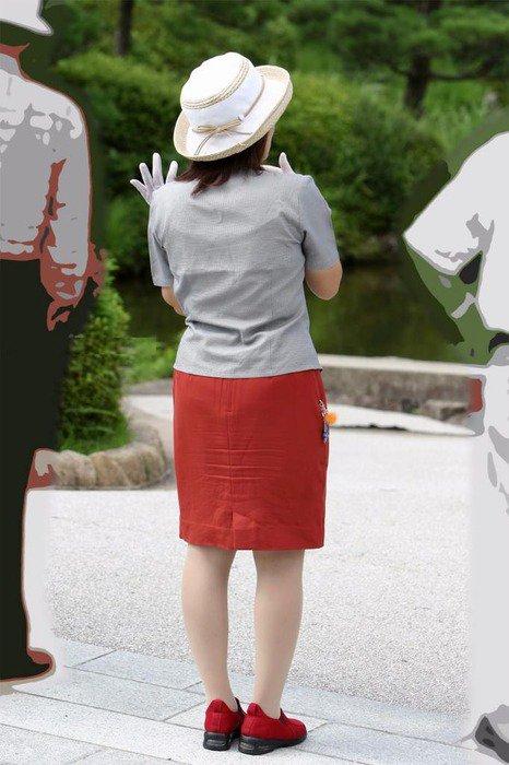 パンティラインと美脚が映えるバスガイドのエロ画像5枚目
