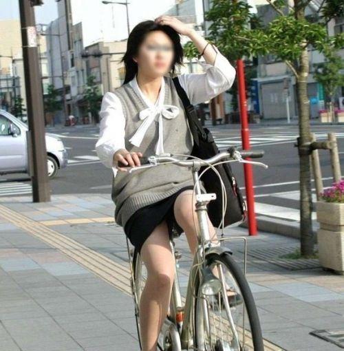 まさか三角パンチラされてると思わない自転車OL画像1枚目