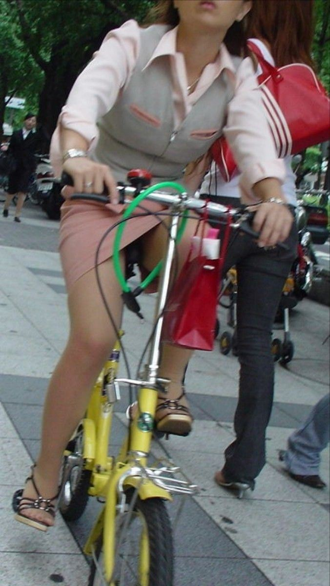 まさか三角パンチラされてると思わない自転車OL画像2枚目