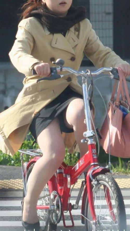 まさか三角パンチラされてると思わない自転車OL画像9枚目