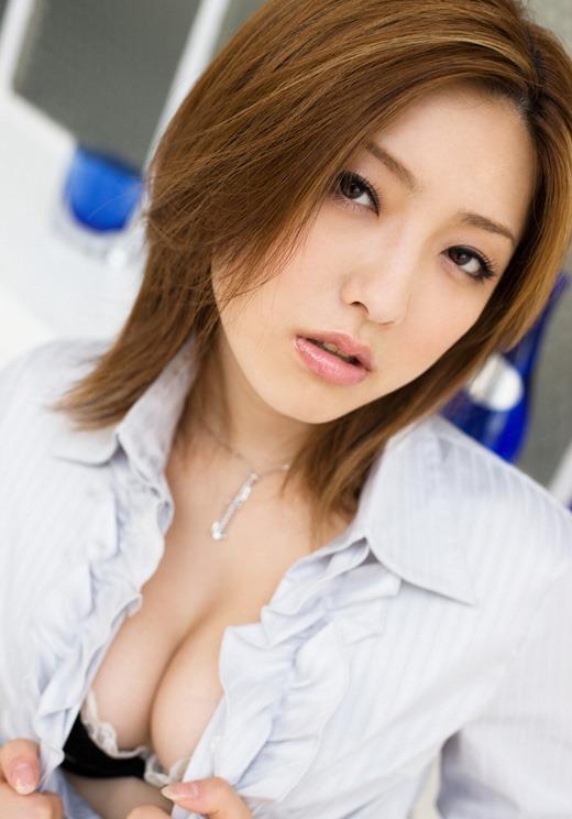 ふくよかな乳房の胸の谷間を見せる誘惑OLエロ画像2枚目