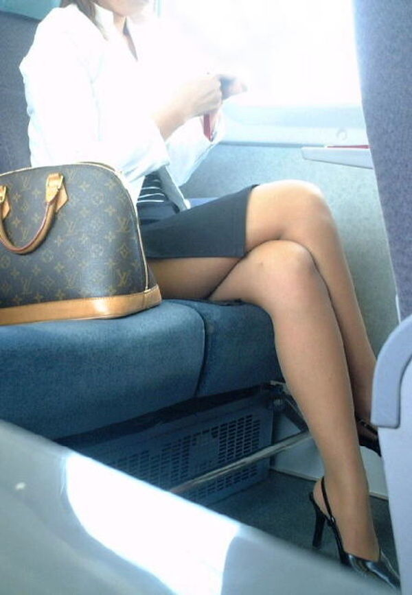 タイトスカートとスリムな膝下美脚OLのエロ画像7枚目