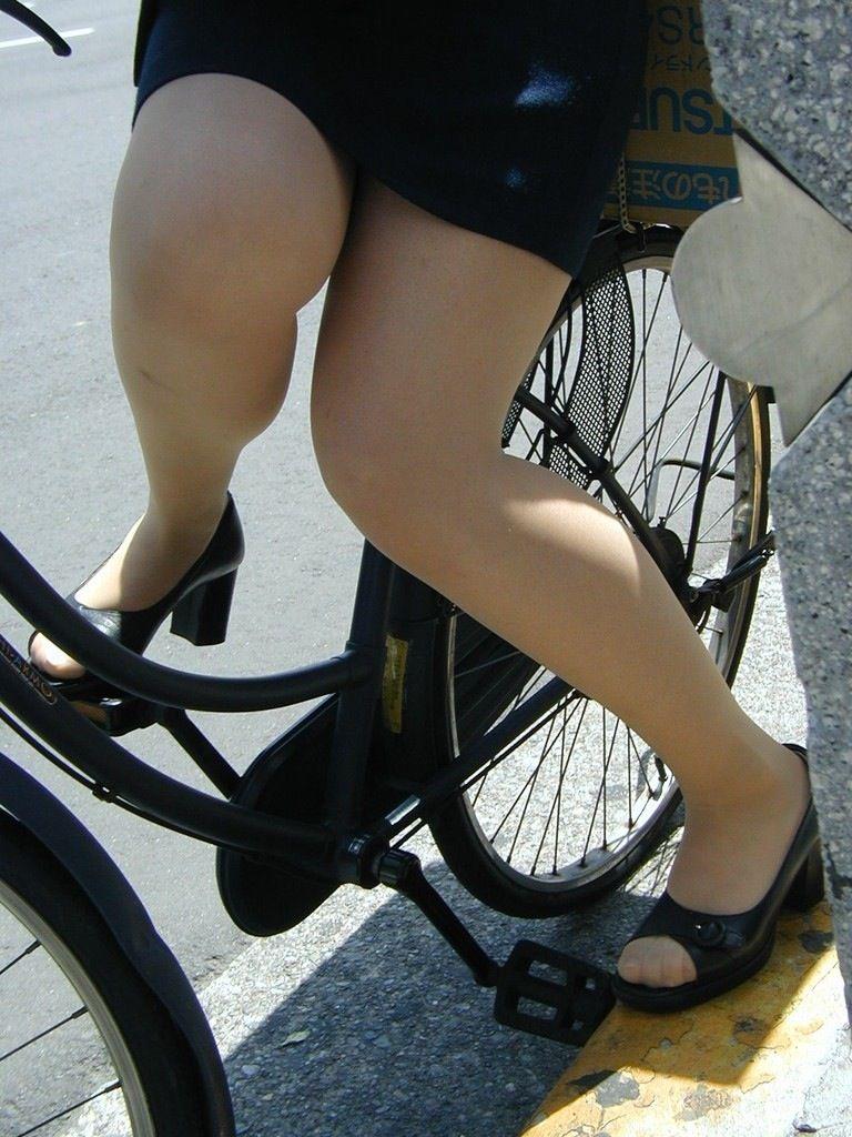 タイトスカートとスリムな膝下美脚OLのエロ画像12枚目