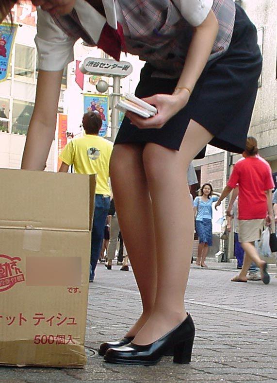タイトスカートとスリムな膝下美脚OLのエロ画像13枚目