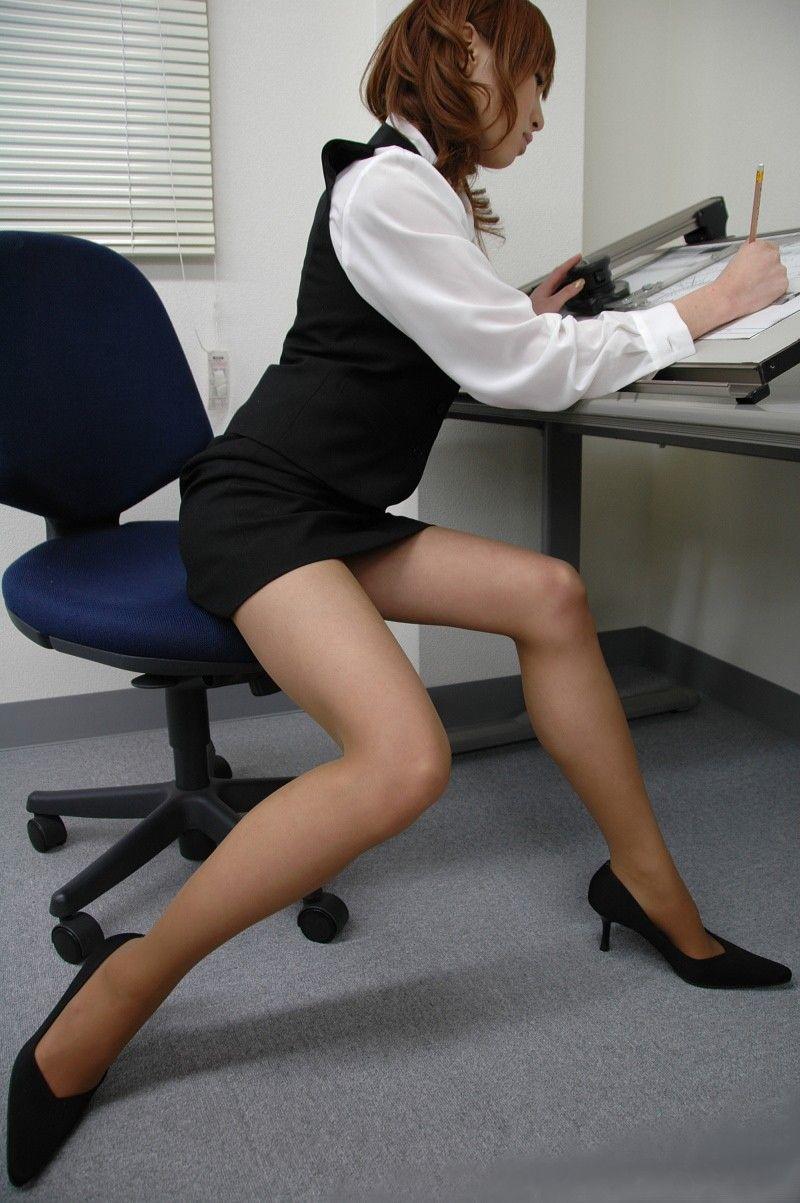 タイトスカートとスリムな膝下美脚OLのエロ画像14枚目