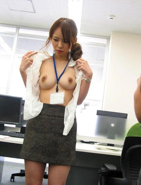 ミスをしたOLが会社内SEXで責任を取るエロ画像1枚目