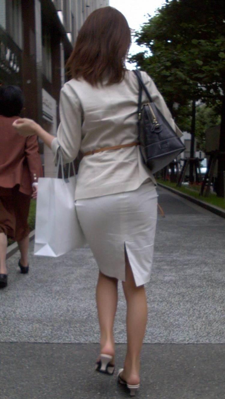 パンティラインが透けるように白を履く淫乱OL画像1枚目