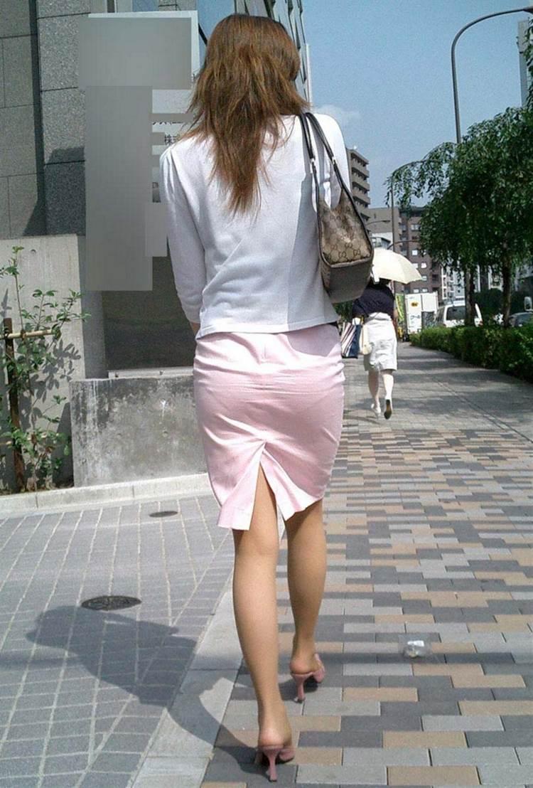 パンティラインが透けるように白を履く淫乱OL画像2枚目