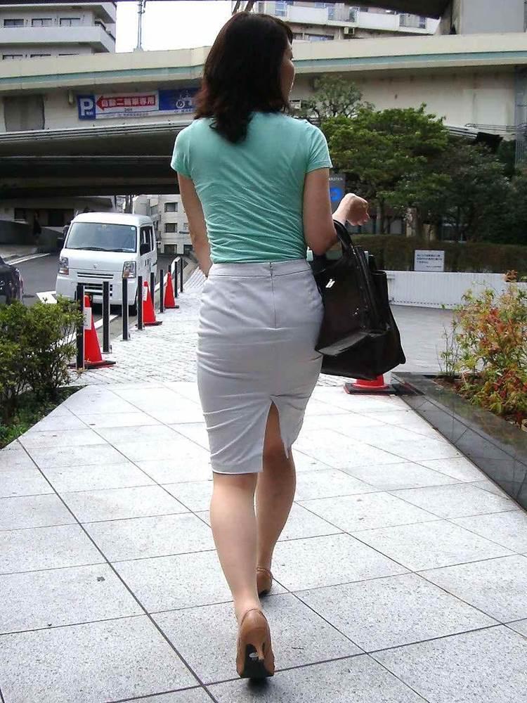 パンティラインが透けるように白を履く淫乱OL画像7枚目