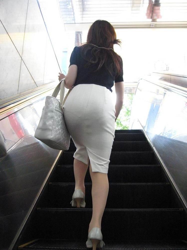 パンティラインが透けるように白を履く淫乱OL画像8枚目